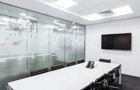¿Cuáles son los beneficios de instalar una sala de videoconferencias en la oficina?