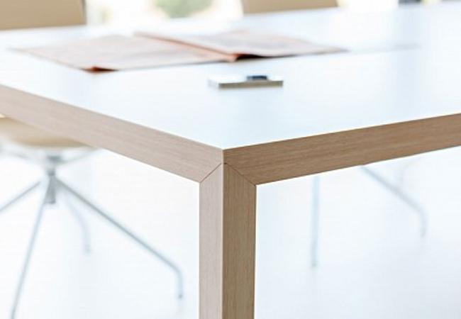 Prisma, la novedosa mesa de oficina de Actiu, destaca por su ...