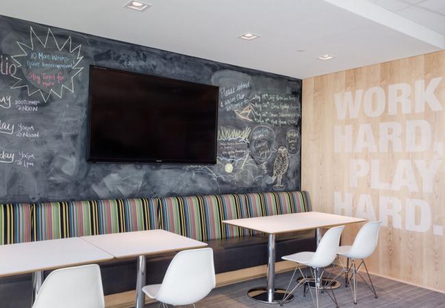 Wall graphics paredes de oficina que dan personalidad a for Paredes decoradas modernas
