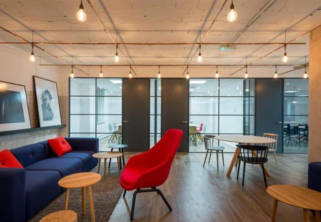 Trucos para reformar oficinas de estilo industrial y for Iluminacion oficinas modernas