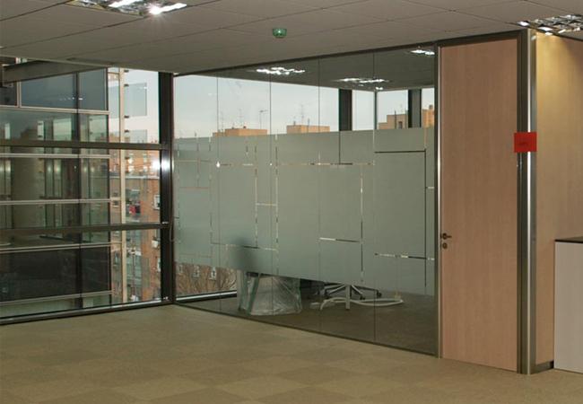 Tipos de mamparas de cristal para oficinas modernas listas for Mamparas oficina