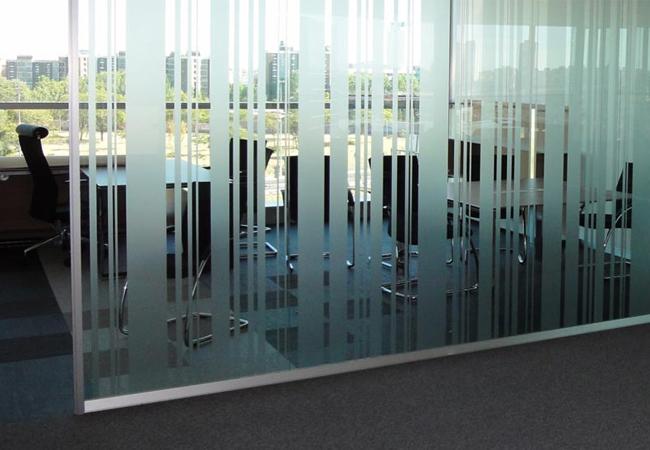 Tipos de mamparas de cristal para oficinas modernas listas for Cerradura para mampara de vidrio