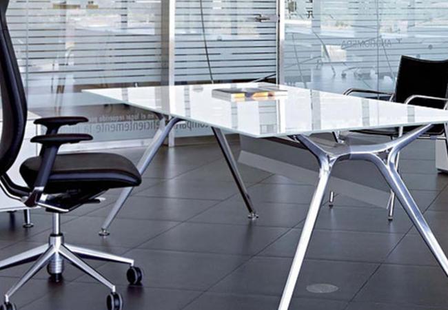 Mesas de oficina de cristal eqin estudio mobiliario y reformas de oficina - Mesas de estudio de cristal ...