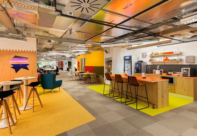 Los 6 grandes aciertos de las nuevas oficinas de facebook for Comedor para oficina
