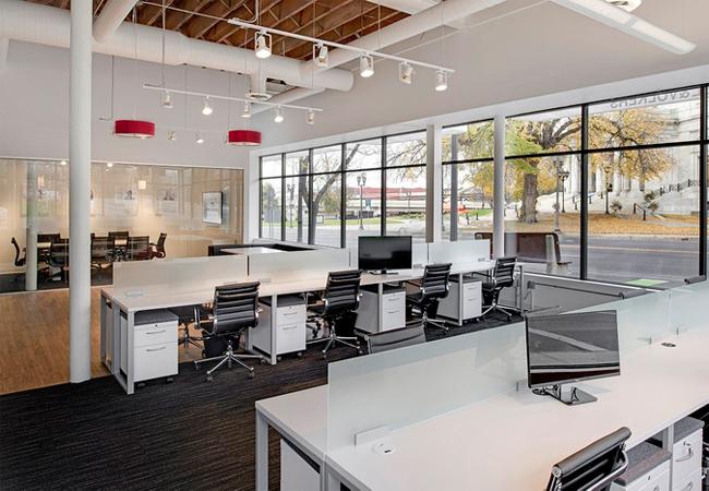 C mo influye la luz de la oficina en la mejora de la for Iluminacion oficinas modernas