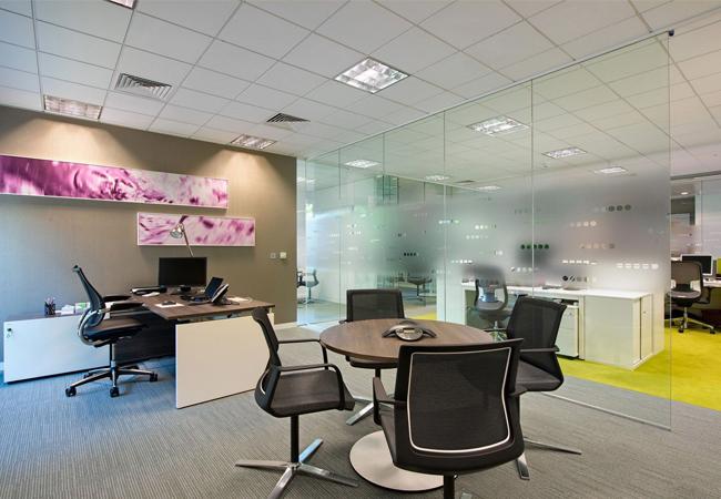 Fotos oficinas modernas cool ejemplo diseo minimalista en for Muebles oficina cristal