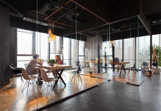 Beneficios de las mamparas de cristal de oficina for Centro de trabajo oficina