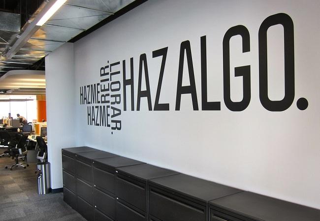 apuesta por los vinilos para decorar tu oficina de un modo