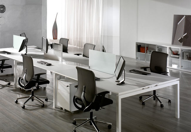 Mesas de oficina en blanco equipamiento integral de oficinas for Complementos de oficina