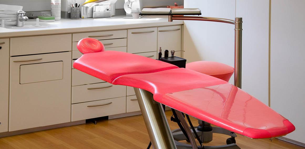 Imagen camilla roja clínica dental