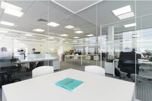 mamparas de oficina de cristal para separar salas de reuniones