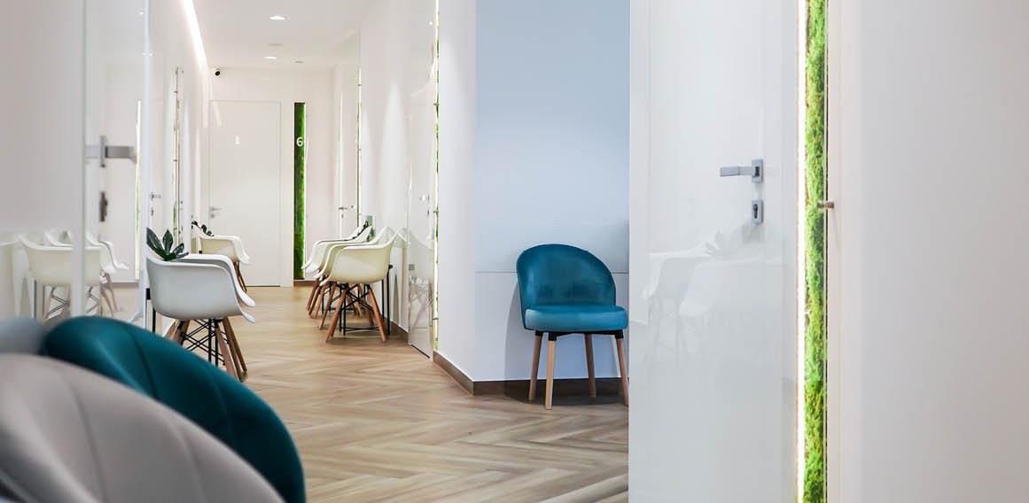 Imagen de recepción de clínica dental con sillas de espera.