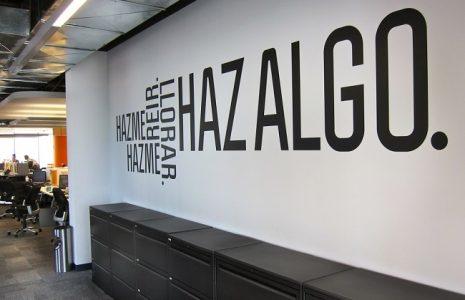 Apuesta por los vinilos para decorar tu oficina de un modo original