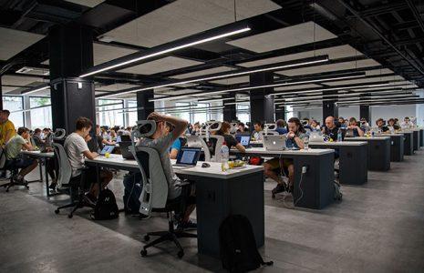 Iluminación, sillas y mesas ergonómicas. Detalles importantes a tomar en cuenta al reformar su espacio de trabajo.