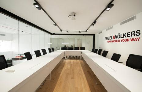 Oficinas en blanco y negro