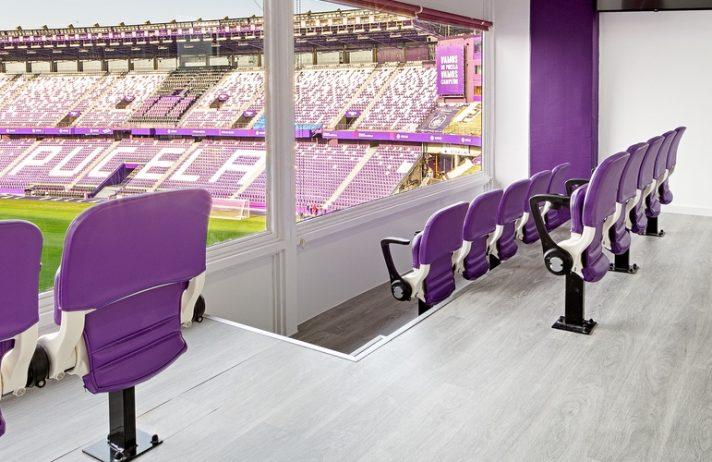 Suministro e instalación de equipamiento y mobiliario a medida para palcos VIP