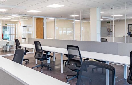 Oficinas abiertas con materiales naturales