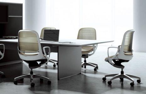 Silla de oficina para estar sentado... que facilita el paso a estar de pie