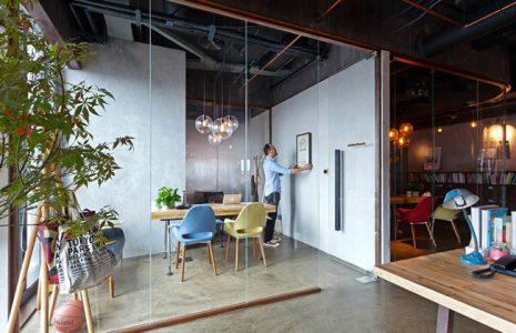 Diseña tu espacio de trabajo con mamparas de oficina de cristal