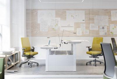 ¿Debería contar con mesas regulables en su oficina?