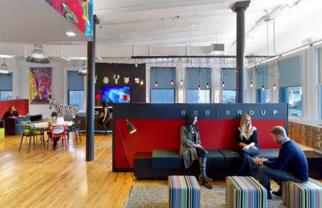 Oficinas de agencias de publicidad: Flechazos decorativos que estimulan la creatividad