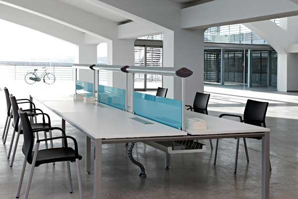 Mesas de oficina vital l neas rectas y sencillas para la for Fotos de oficinas modernas