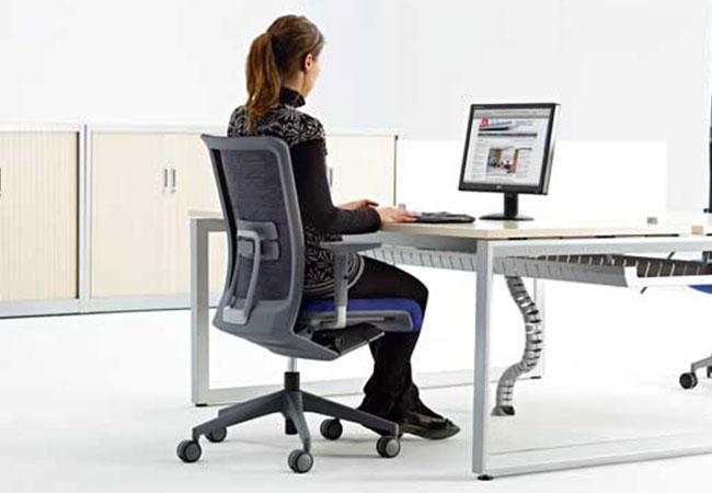 Sillas de oficina ergon micas ventajas y modelos eqin for Sillas cajeras ergonomicas
